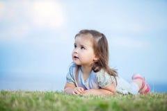Śliczna mała dziewczynka z dużymi brown oczami Zdjęcia Stock
