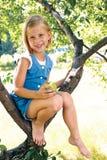 Śliczna mała dziewczynka z jabłkiem Fotografia Royalty Free