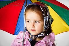 Śliczna mała dziewczynka z kolorowym parasolem Zdjęcia Royalty Free
