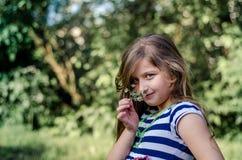 Śliczna mała dziewczynka z kwiatem, lato portret Zdjęcie Stock