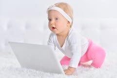 Śliczna mała dziewczynka z laptopem Fotografia Royalty Free