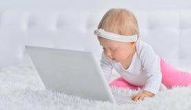 Śliczna mała dziewczynka z laptopem Zdjęcie Royalty Free
