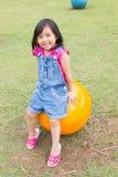 Śliczna mała dziewczynka z menchiami i błękitów ubraniami Fotografia Stock
