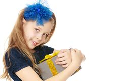 Śliczna mała dziewczynka z prezentem w ręce Zdjęcie Stock