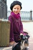 Śliczna mała dziewczynka z psem i walizką Fotografia Royalty Free