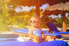 Śliczna mała dziewczynka z seashells na lato plaży Fotografia Stock