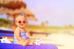 Śliczna mała dziewczynka z seashells na tropikalnej plaży Obraz Stock