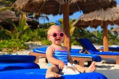 Śliczna mała dziewczynka z seashells na tropikalnej plaży Fotografia Stock