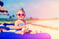 Śliczna mała dziewczynka z seashells na tropikalnej plaży Obraz Royalty Free