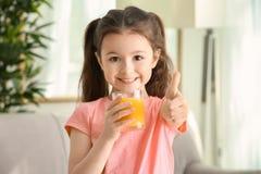 Śliczna mała dziewczynka z szkłem sok Obrazy Royalty Free