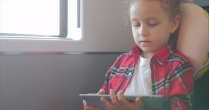Śliczna mała dziewczynka Zabawia Z pastylką Dziecko Wydaje wolnego czas, przejażdżki Elektryczny pociąg, Bawić się Mobilną grę we zbiory wideo