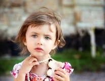 Śliczna mała piękna dziewczyna z czekoladą w parku Obraz Stock