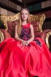 Śliczna mała rudzielec dziewczyna jest ubranym antykwarskiego princess kostium lub suknię fotografia royalty free
