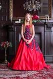 Śliczna mała rudzielec dziewczyna jest ubranym antykwarskiego princess kostium lub suknię zdjęcie royalty free