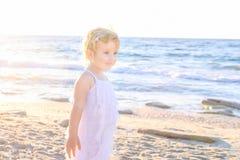 Śliczna mała urocza berbeć dziewczyna chodzi na plaży na ciepłym pogodnym letnim dniu w biel ubraniach denni Croatia wakacje Dalm Obrazy Stock