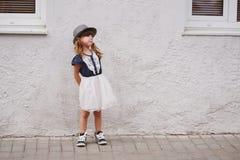 Śliczna mała zgrymaszona dziewczyna na ulicie Obraz Stock