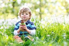 Śliczna małe dziecko chłopiec z Wielkanocnego królika ucho świętuje tradycyjnego uczty dziecka Szczęśliwego łasowania królika cze Zdjęcia Stock