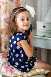 Śliczna małe dziecko dziewczyna czesze jej włosy zdjęcie stock