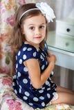 Śliczna małe dziecko dziewczyna czesze jej włosy obrazy stock