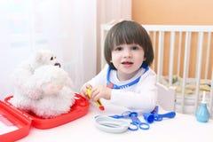 Śliczna małe dziecko sztuk lekarka w domu Obraz Stock