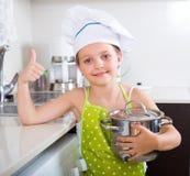 Śliczna małej dziewczynki kuchnia w domu Obrazy Stock