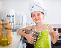 Śliczna małej dziewczynki kuchnia w domu Zdjęcia Royalty Free