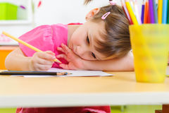 Śliczna małej dziewczynki nauka w domu Obrazy Royalty Free