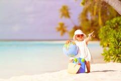 Śliczna małej dziewczynki podróż na lato plaży obraz stock
