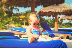 Śliczna małej dziewczynki sztuka z seashells na plaży Obrazy Royalty Free