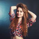 Śliczna miedzianowłosa dziewczyna w szkockiej kraty koszula przy studiiem fotografia royalty free