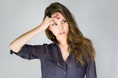 Śliczna modna młoda brunetka. zdjęcia royalty free