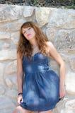Śliczna mody kobieta przeciw skały ścianie Obraz Stock