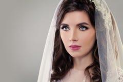 Śliczna narzeczona z Uzupełniał, Bridal przesłona i fryzura obrazy stock
