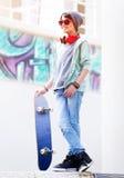 Śliczna nastoletnia chłopiec z deskorolka Fotografia Royalty Free