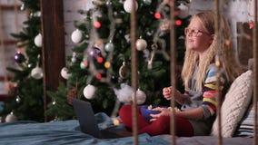 Śliczna nastoletnia dziewczyna ogląda śmieszne kreskówki na laptopie zdjęcie wideo