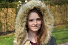 Śliczna nastoletnia dziewczyna z zimy kurtką obraz stock