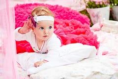 Śliczna nowonarodzona dziewczyna ono uśmiecha się na trawie obrazy royalty free