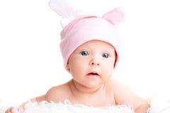 Śliczna nowonarodzona dziewczynka w różowym kapeluszu z ucho Obrazy Royalty Free