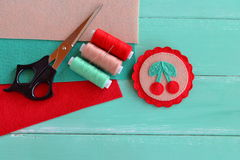 Śliczna odczuwana broszka z czerwonymi wiśniami i zieleń liśćmi Rzemiosła narzędzie i dostawy Fotografia Stock