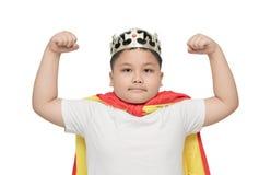 Śliczna otyła chłopiec pokazuje mięsień; odosobniony Zdjęcie Royalty Free
