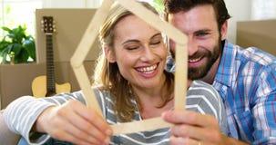 Śliczna para ono uśmiecha się za drewnianym kształtem zdjęcie wideo