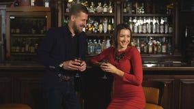 Śliczna para opowiada napój i ma w barze zdjęcie wideo