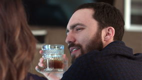 Śliczna para opowiada napój i ma w barze zbiory