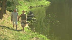 Śliczna para seniory chodzi blisko wody zbiory wideo