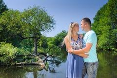 Śliczna para w parku na słonecznym dniu Zdjęcie Stock