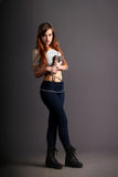 Śliczna piękna dziewczyna z ax w łańcuchach Zdjęcie Royalty Free