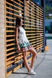 Śliczna, piękna i ładna kobieta w modnej biel sukni na ulicie, Powabna kobieta pozuje na drewnianym tle Obraz Royalty Free