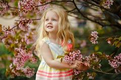 Śliczna powabna blondynki dziewczyna z luksusowy włosiany ono uśmiecha się na różowym sak fotografia royalty free