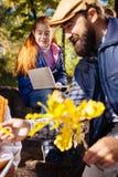 Śliczna pozytywna ładna dziewczyna trzyma jej notatnika obraz royalty free