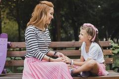 Śliczna preschool córka ma rozmowę z jej matką zdjęcie royalty free